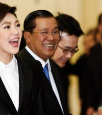 Thailand's PM Yingluck and Cambodia's PM Hun Sen smile during a welcome ceremony in Phnom Penh