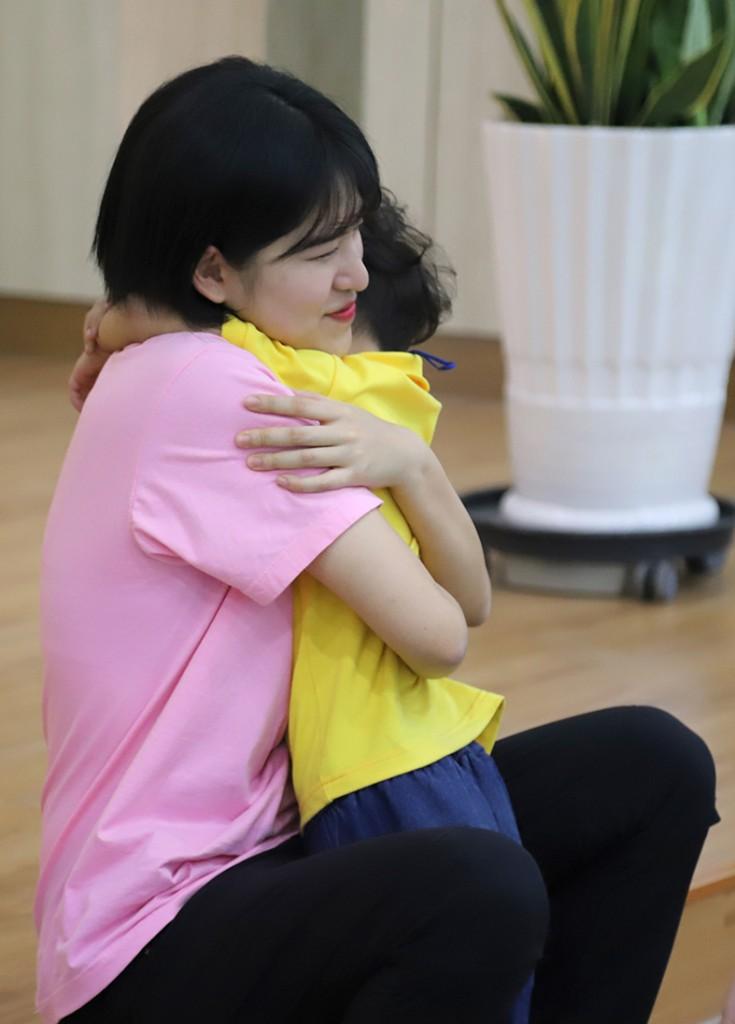 ▲ 짧은 캠프기간동안 정든 선생님에게 안겨있는 어린이