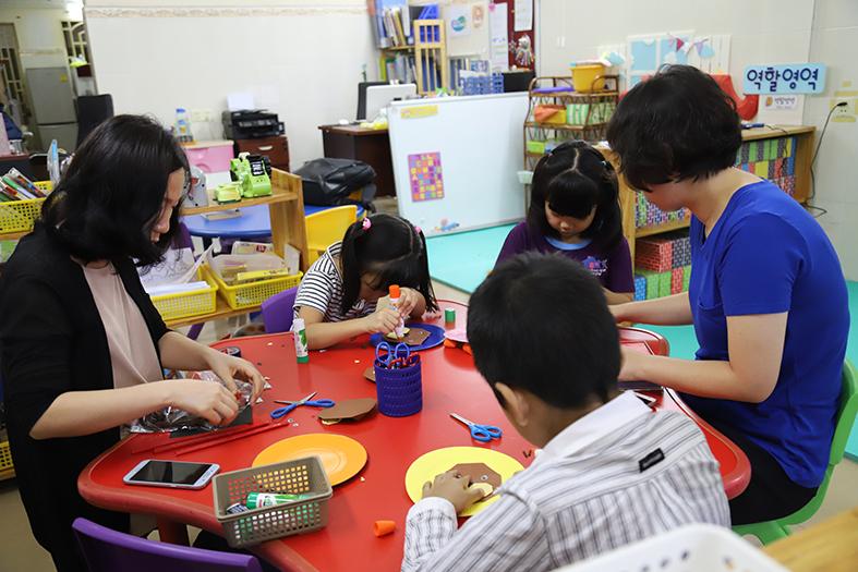 #좋은학교 유치원 정원은 3명, 교사는 2명이다. 거의 일대일 교육을 받고 있는 셈이다.