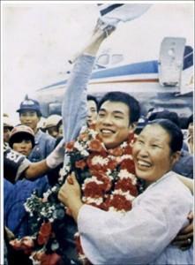 1974년 챔피언에 오른 홍수환이 귀국 직후 환영객들에게 손을 흔들고 있다.