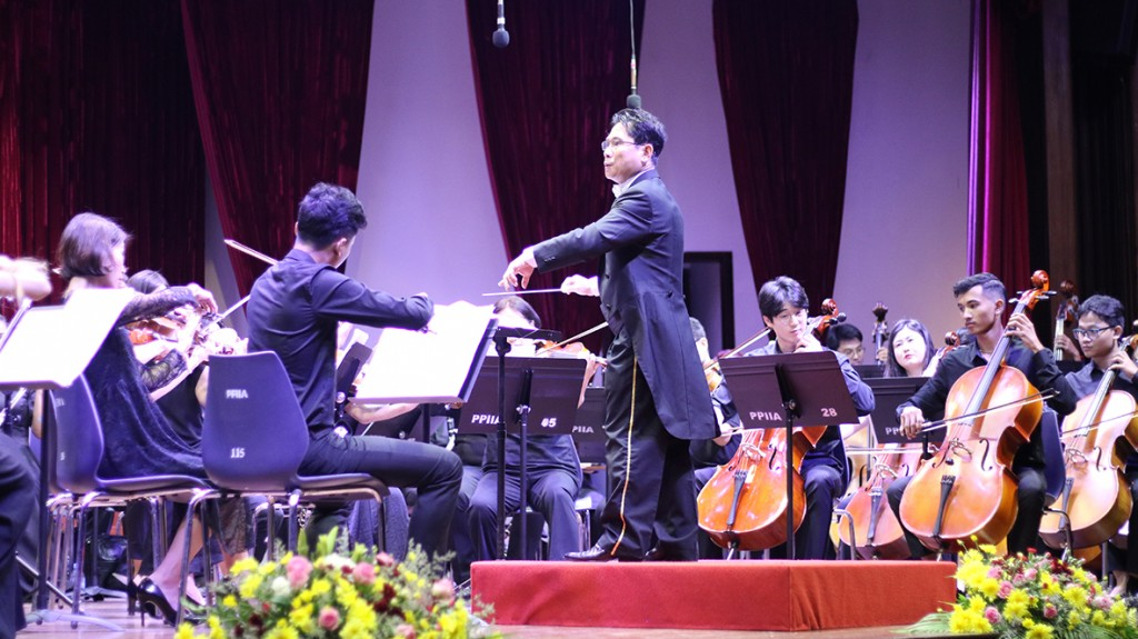 #이날 공연 첫곡으로 캄보디아 출신 지휘자 찬 비타로의 지휘 아래 하이든의 '놀람' 교향곡 2악장이 연주됐다.