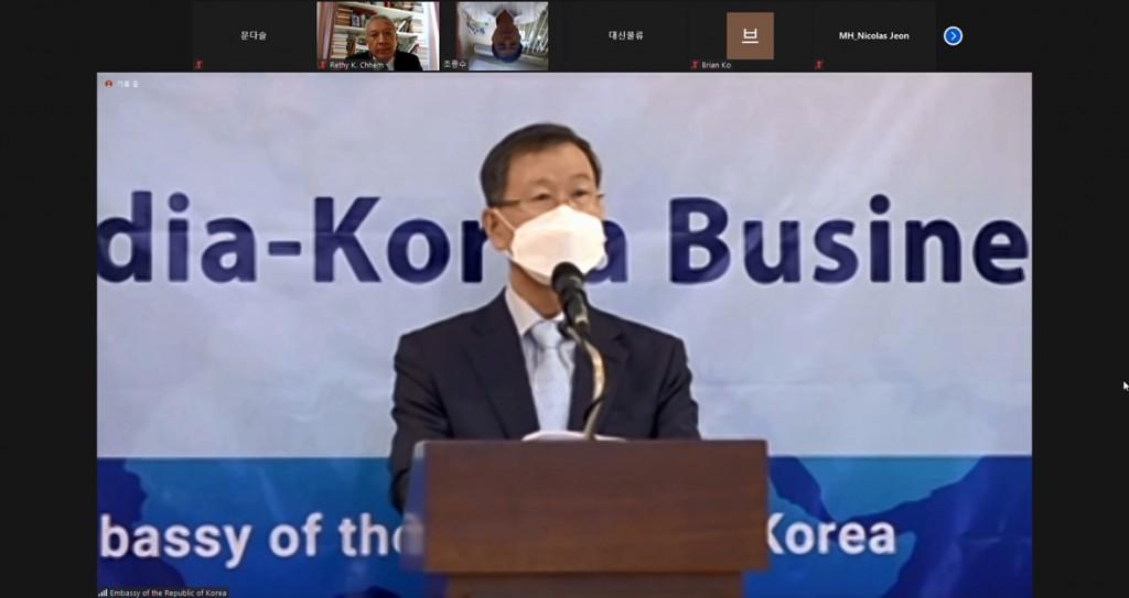 ▲ 주캄보디아대한민국대사관 박흥경 대사가 지난 12월 14일에 개최된 2020 한국-캄보디아 비즈니스 포럼에서 환영사를 전하고 있다.2