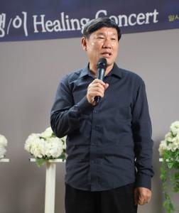 ▲ 재캄보디아 한인선교사회 장완익 회장이 축하 메시지를 전하고 있다.