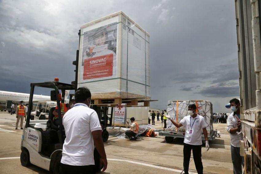 ▲ 지난 6월 8일 프놈펜 국제공항 직원들이 중국으로부터 구입한 백만 회분의 코로나19 백신을 하역하고 있다.