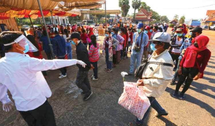 오다민쩨이주 국경, 코로나 19 검사소로 향하는 귀국 이주노동자