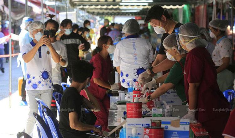태국에서 코로나 19 항체 검사를 받는 끌롱또이 시장 상인과 노동자들