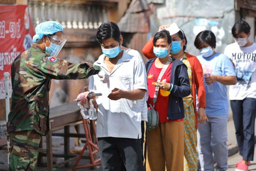 2021-06-02 스떵미은쩨이지역에서 군인들이 주민들의 백신 접종 카드를 확인하고 있다