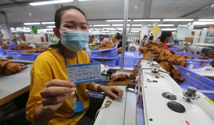 2021-06-02 코로나19 충격으로 캄보디아에서 200개 넘는 공장이 폐업했다. 요즘엔 백신 접종자 대상으로 교대근무를 하는 방식으로 운영한다