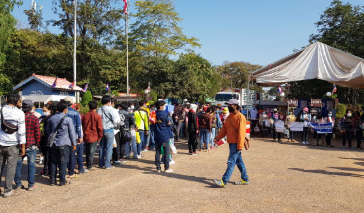 2021-06-16 오스맛 캄보디아-태국 국경에서 코로나19 검사를 하려는 입국 근로자들. 변종 바이러스 유입에 대한 우려가 높아지고 있다