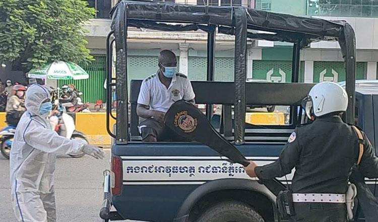 2021-06-21 한 아프리카계 외국인이 코로나19 치료소에서 탈출했다가 캄보디아 경찰에 다시 붙잡혔다