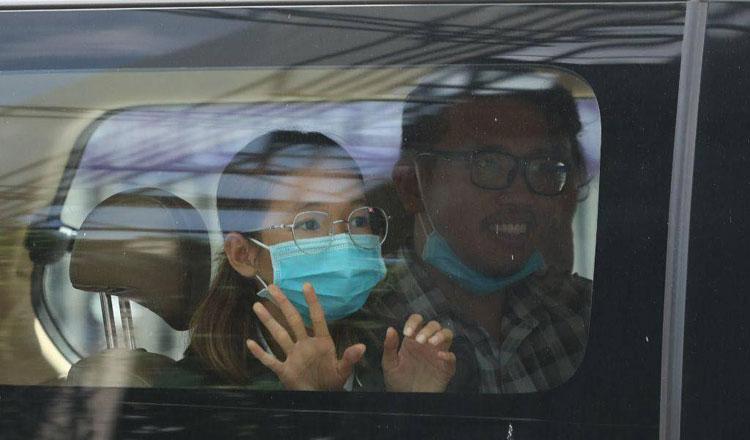 2021-06-23 국왕모독혐의로 기소된 임 리응히, 리 짠다라붓이 프놈펜지방법원으로 향하고있다