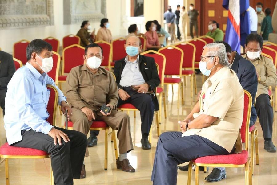 2021-06-23 제6회 정기국회 전날 캄보디아 국회의원들과 관련 공무원 전원이 코로나 검사를 받기 위해 대기하고 있다