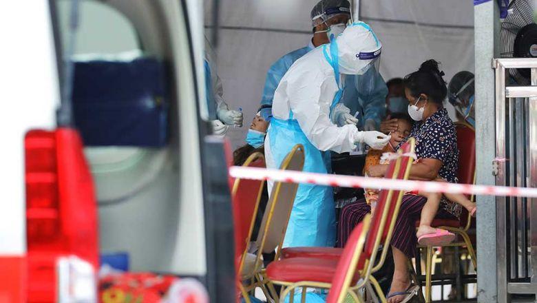 2021-06-23 프놈펜 르쎄이께오 지역에서 의료진이 한 여자아이의 코로나19 검사를 실시하고 있다