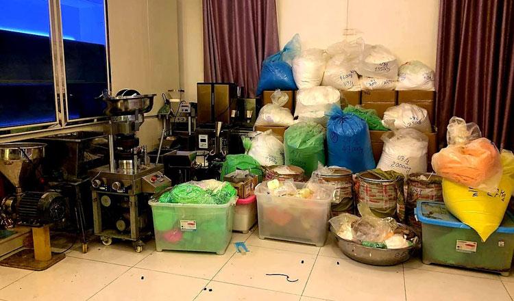 ▲ 마약 단속반은 프놈펜 쯔바엄뻐으 구에 위치한 마약 생산 시설에서 156kg의 마약을 압수하고 용의자 5명을 체포했다.