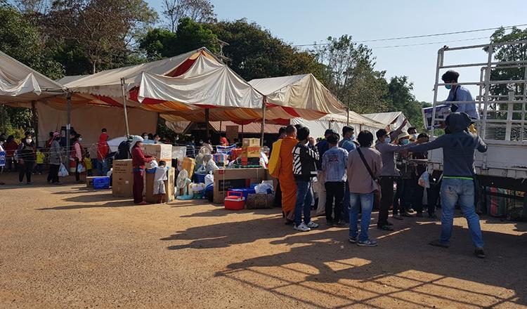 ▲ 오 스마읏 국경 검문소를 통해 캄보디아로 입국하고 있는 이주 노동자들