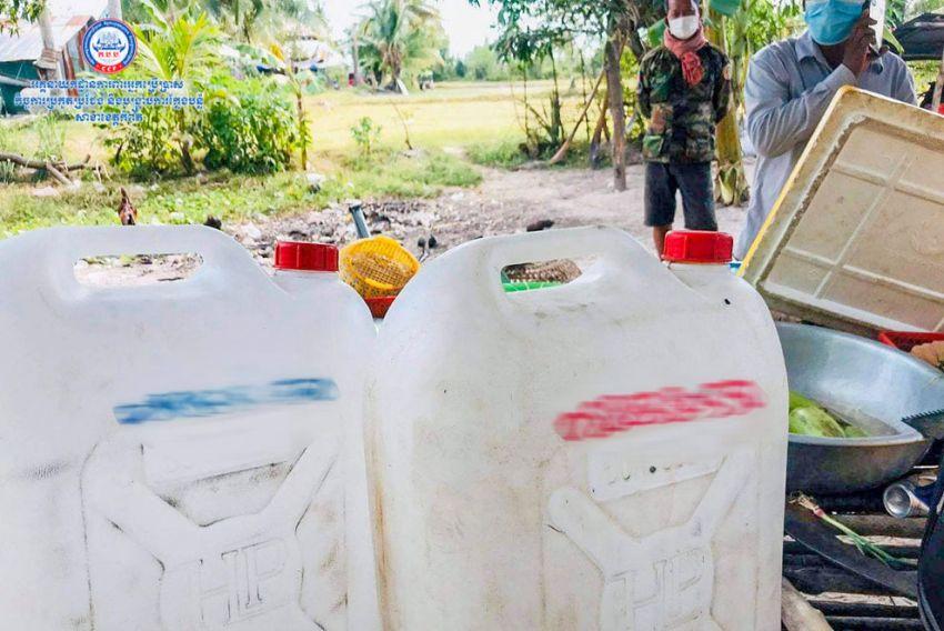 ▲ 캄폿 주 캄퐁트라 지역에서 소비자보호부 관계자들이 이번 사망자들에 대한 발효주 연관 여부를 조사하고 있다.