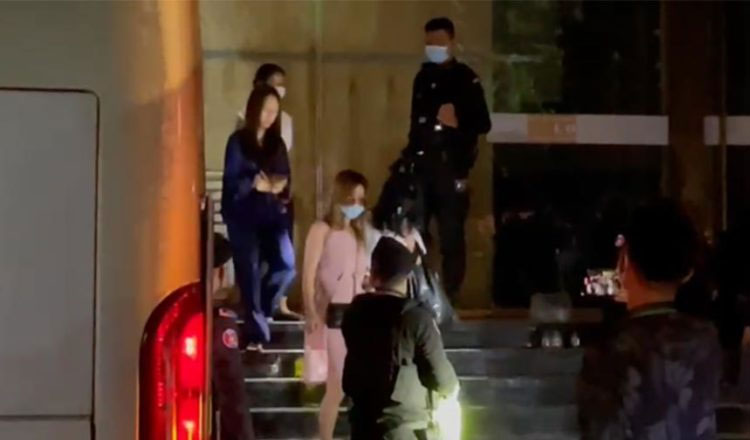 ▲ 프놈펜 자치경찰대에 의해 호송차량으로 이동 중인 X2 엔터테인먼트 클럽 이용자들. 경찰은 이들 중 중국인이 87명이나 있었다고 발표했다.