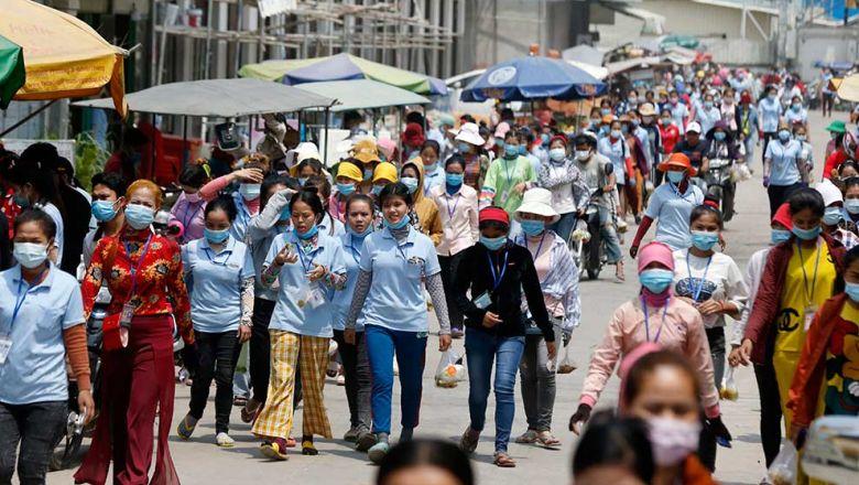 교대근무를 위해 이동 중인 봉제공장 근로자들