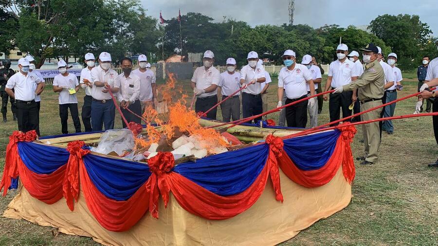 마약퇴치당국에서 캄보디아 북부 6개주에서 압수한 마약을 태워 버리고 있다