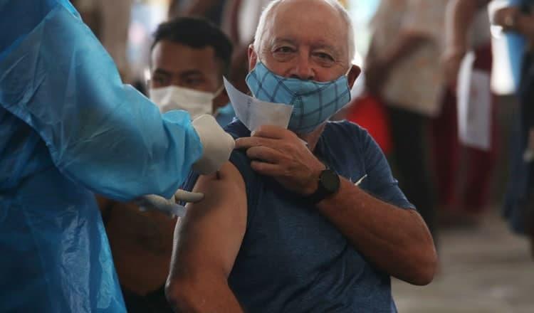 외국인이 프놈펜에서 무료 코로나19 백신 접종을 받고 있다