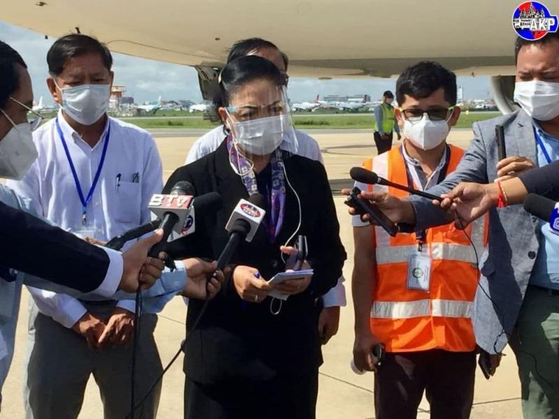 욕 섬밧 캄보디아 보건부차관이 코로나19 사망자가 증가하는 이유에 대해 기자들에게 설명하고 있다
