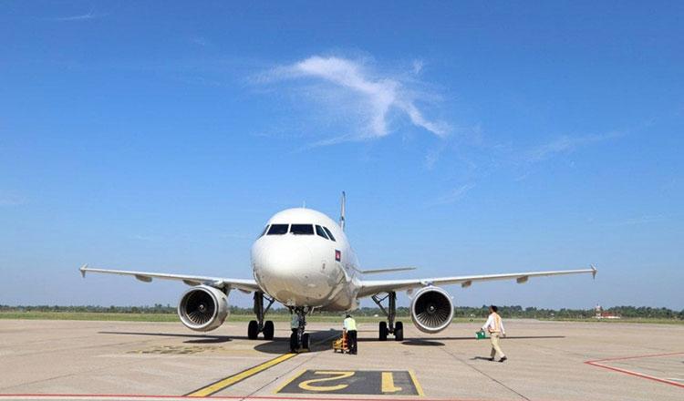 작년 대비 항공 이용객과 항공기 운항 수가 모두 급락했다