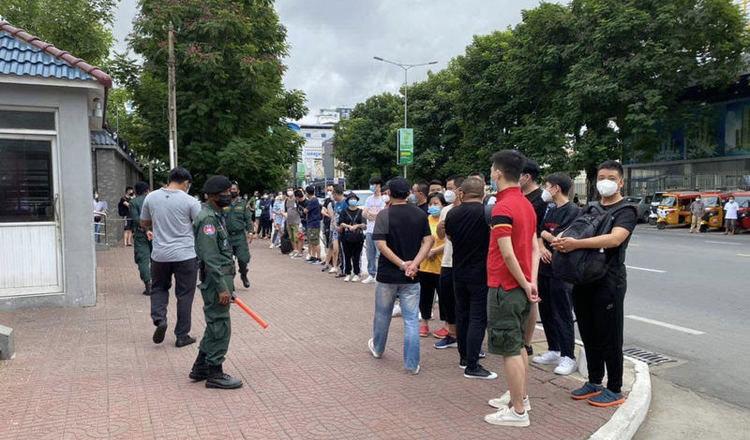 중국인 관광객들이 중국 대사관 앞에 줄지어서서 귀환 항공편 지원을 요청했다