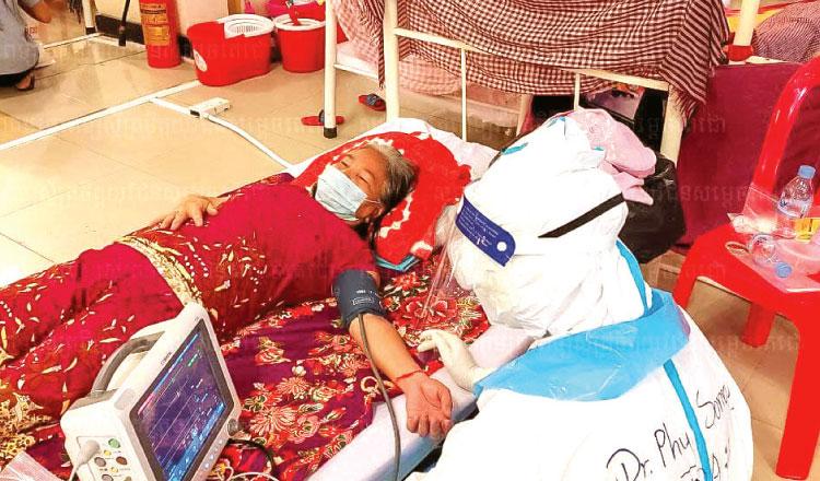 캄보디아 노인이 코로나19 치료를 받고 있다