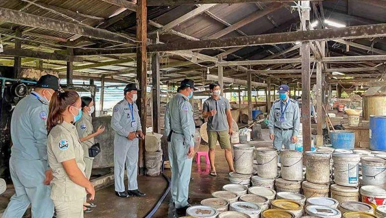 캄보디아 전통주 제조시설에서 메탄올 함유량을 측정하기 위해 당국이 조사에 나섰다
