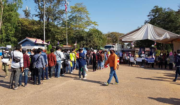태국에서 돌아오는 수많은 캄보디아 귀환 노동자들이 코로나19 바이러스 해외유입의 주요 근원이다