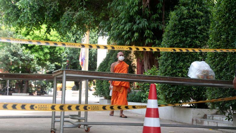 프놈펜 왓 보뚬 사원에서 승려들이 식료품 지원을 받고 있다
