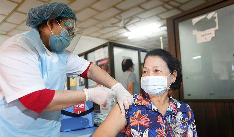 프놈펜 접종장에서 캄보디아 여성이 코로나19 백신 접종을 하고 있다
