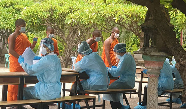 프놈펜 쯔로이 쩡와의 한 사원에서 다수의 양성자가 발생했다