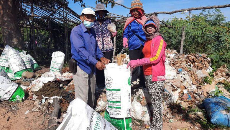 플라스틱 쓰레기를 수거하는 께오뽀아면 주민들