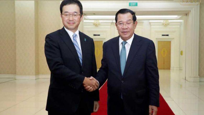 2019년 훈센 총리와 미카미 마사히로 일본 대사가 회담 자리에서 악수를 하고 있다