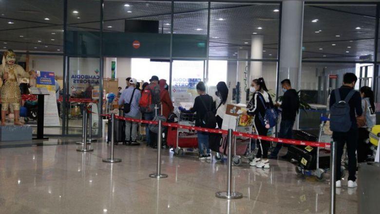 올해 초 프놈펜 국제공항을 통해 입국하는 승객들