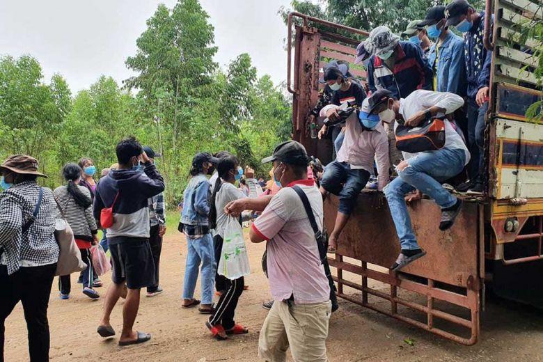 태국발 캄보디아인 노동자들이 반띠민쩨이주 오베이쪼안 국경 검문소를 통해 입국