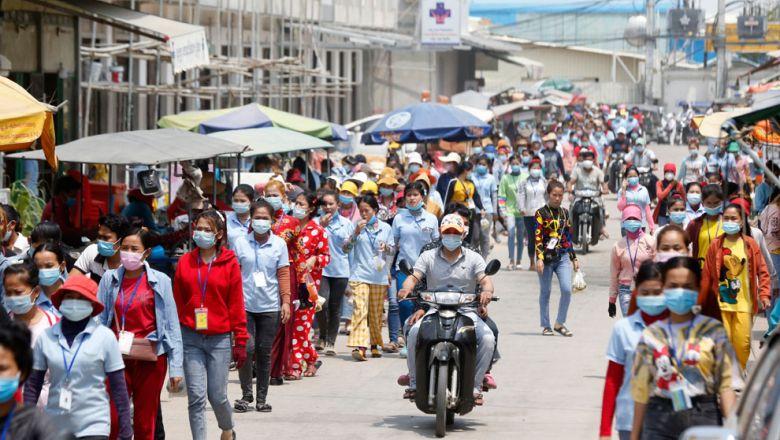 프놈펜 미은쩨이구의 봉제공장 밀집지역. 점시시간에 근로자들이 식사를 하기 위해 거리로 나오고 있다