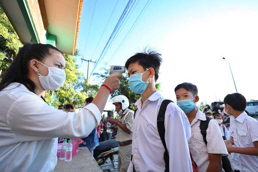 ▲ 올해 1월 프놈펜 쯔로이쩡봐 구에 위치한 바껭 초등학교에서 학생들이 체온을 재고 있다.