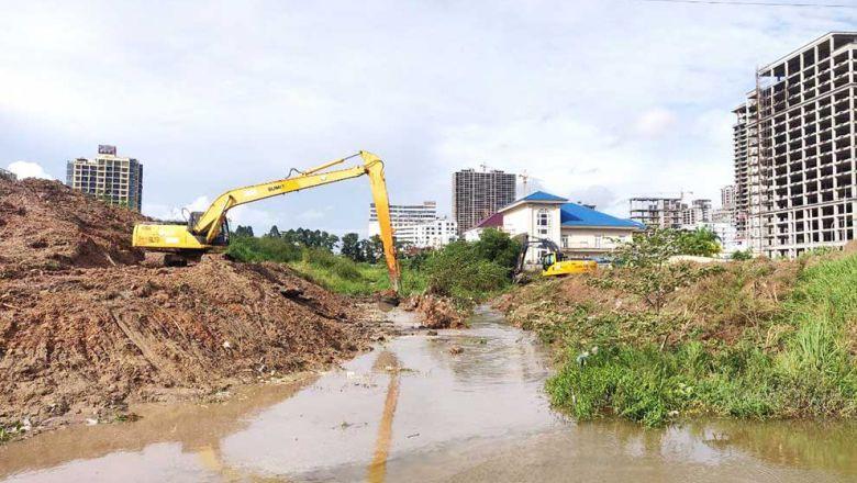 시하누크빌에서 홍수를 해결하기 위한 운하 공사를 하고 있다