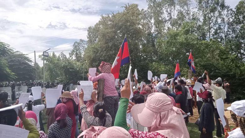 프놈펜 신공항 건설현장에서 토지 분쟁으로 시위대와 충돌한 후 30명 체포