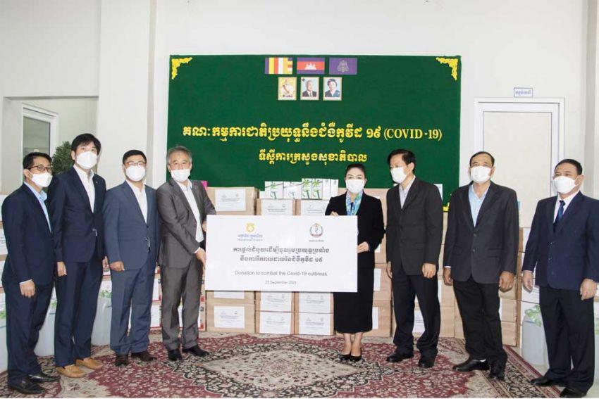 23일 농협 캄보디아 관계자들이 캄보디아 보건부를 찾아 의료장비와 생필품을 전달했다