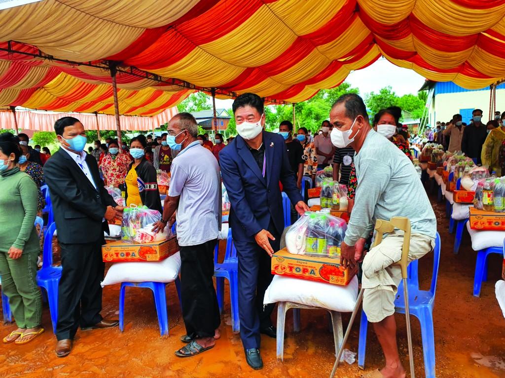 ▲ WL 페이캄 박상호 대표와 임원들이 손수 지역주민들에게 구호품을 전달하고 있다.